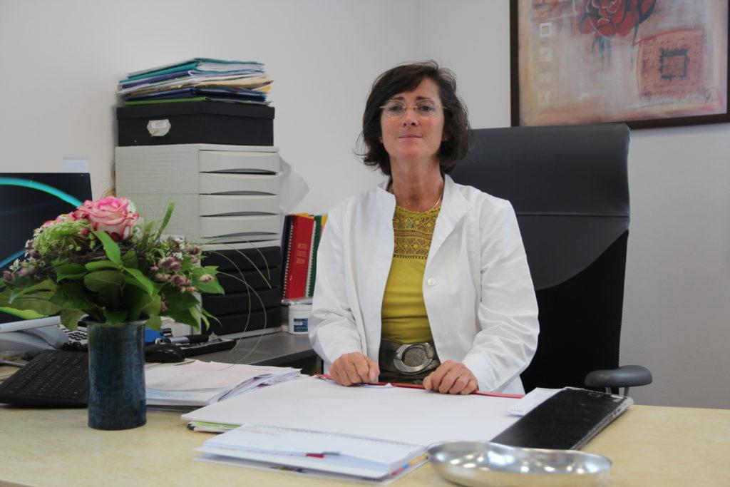 Frau Dr. Fromm in ihrer Praxis